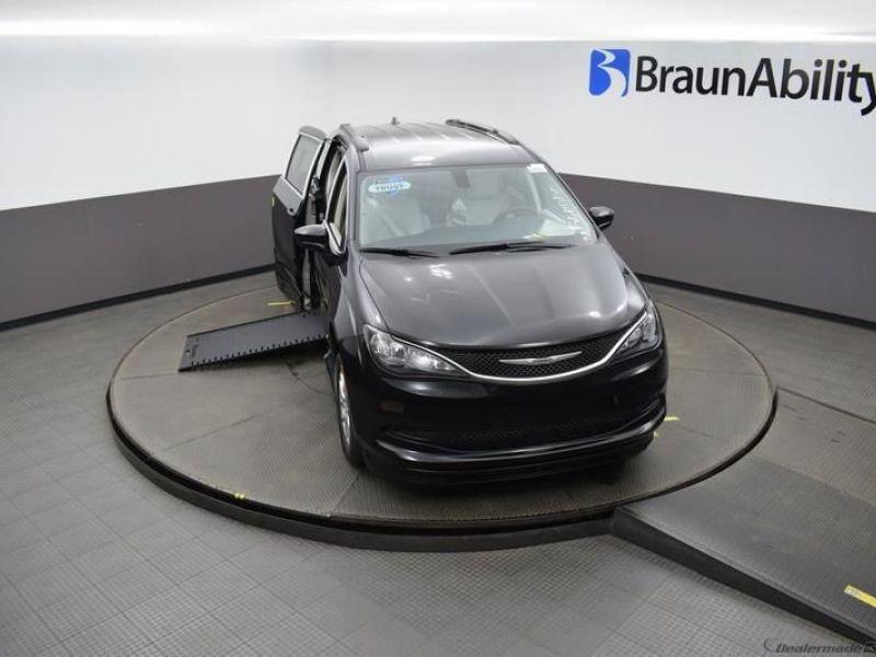 Black Chrysler Voyager image number 20