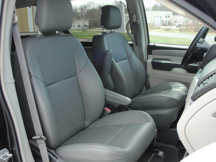 Gray Volkswagen Routan image number 13