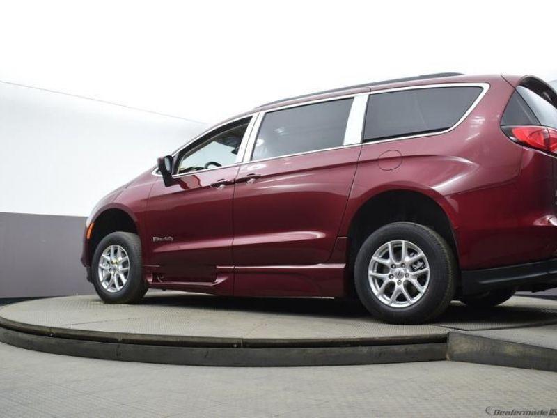 Red Chrysler Voyager image number 16