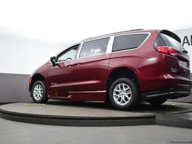 Red Chrysler Voyager image number 18