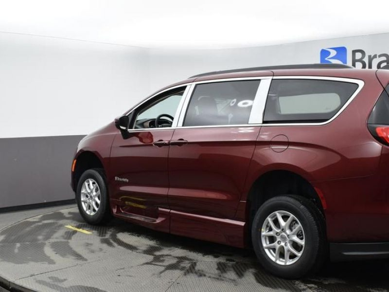 Red Chrysler Voyager image number 4