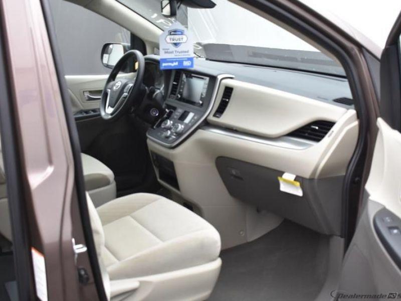 Brown Toyota Sienna image number 3