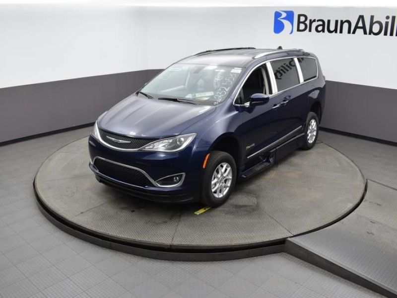 Blue Chrysler Pacifica image number 21