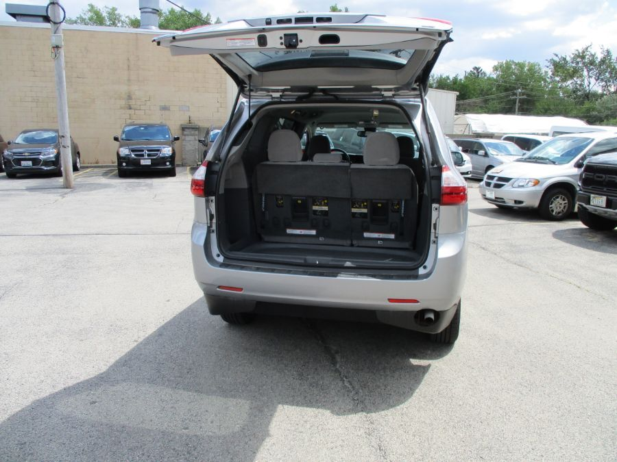 Silver Toyota Sienna image number 20