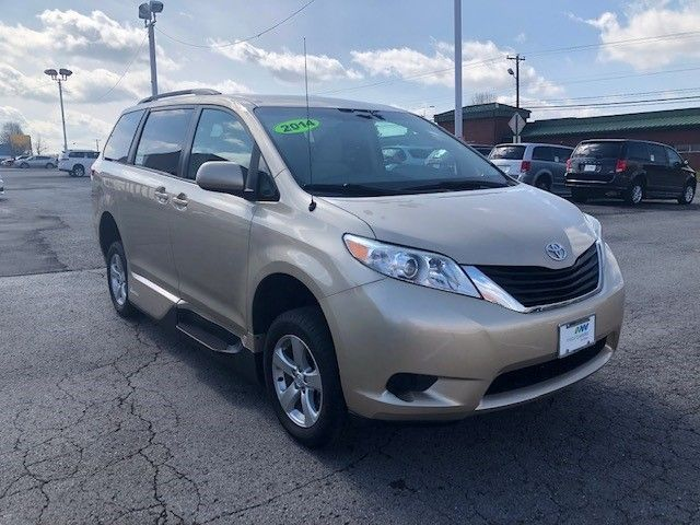 Gold Toyota Sienna image number 2