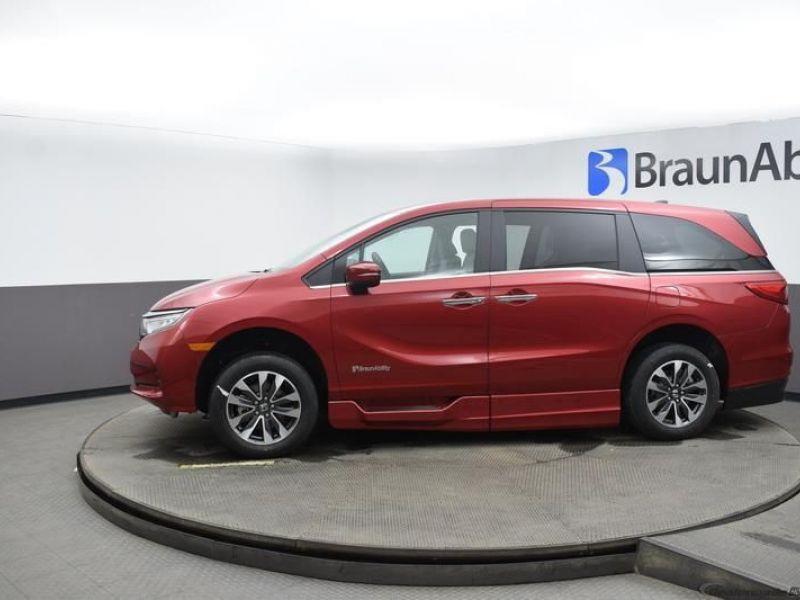 Red Honda Odyssey image number 3