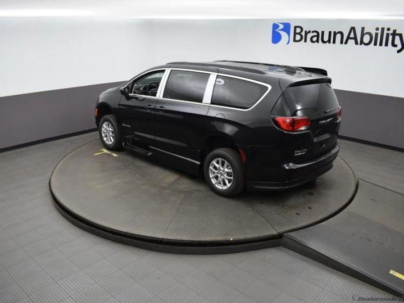 Black Chrysler Voyager image number 22