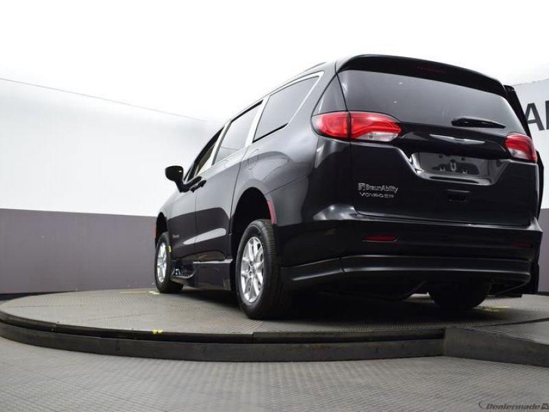 Black Chrysler Voyager image number 18