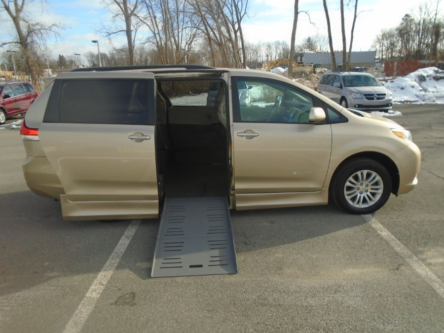 Gold Toyota Sienna image number 10
