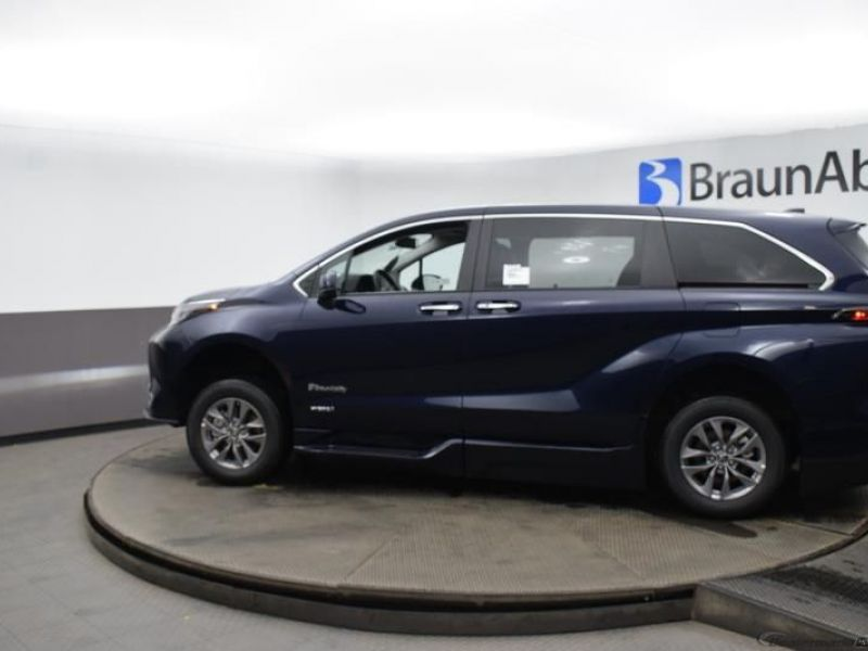 Blue Toyota Sienna image number 3