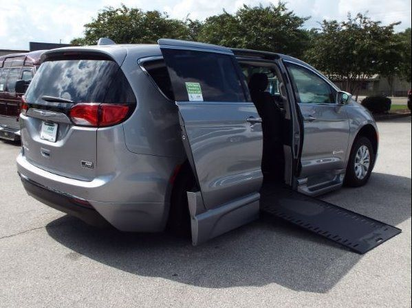Silver Chrysler Pacifica image number 31