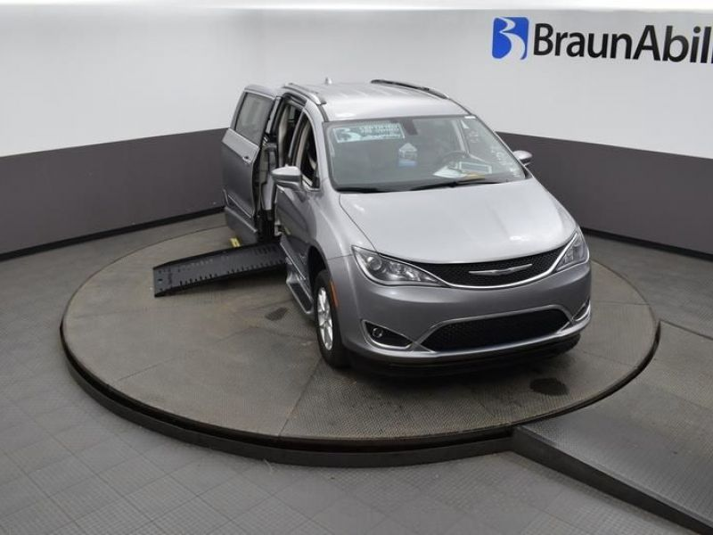 Silver Chrysler Pacifica image number 21