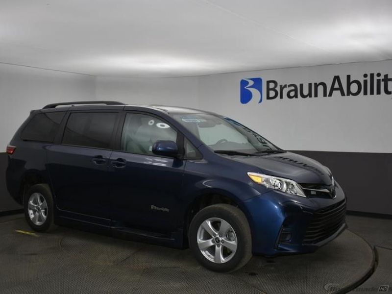 Blue Toyota Sienna image number 16