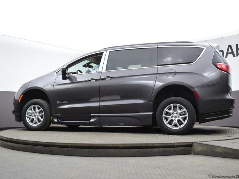 Gray Chrysler Voyager image number 16