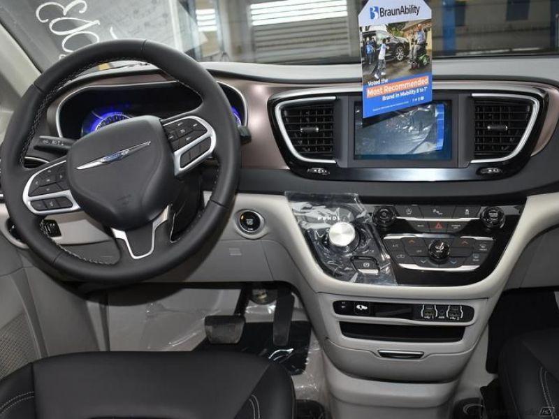 Silver Chrysler Voyager image number 10