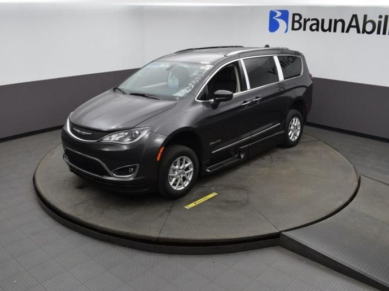 Gray Chrysler Pacifica image number 13