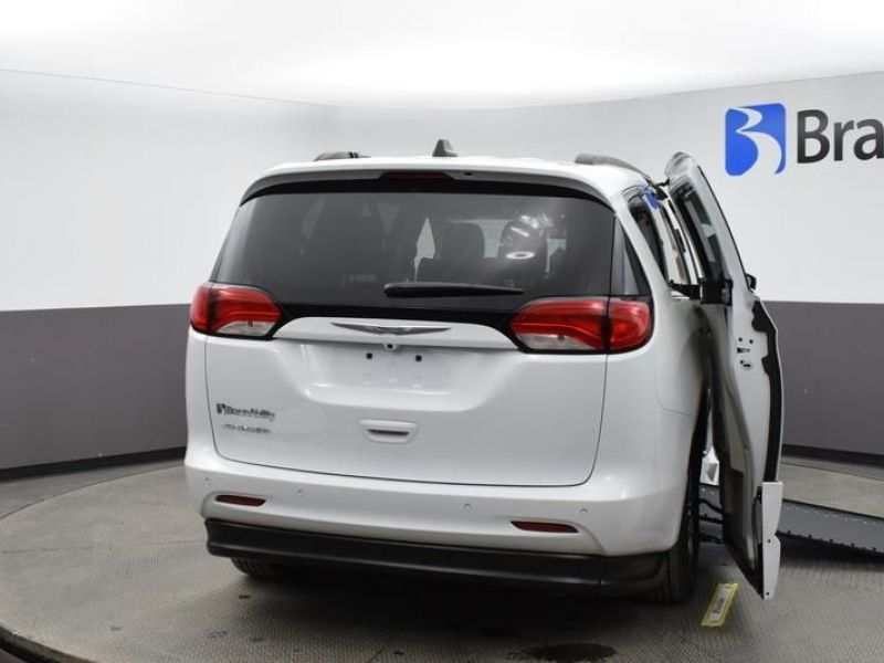 White Chrysler Voyager image number 5