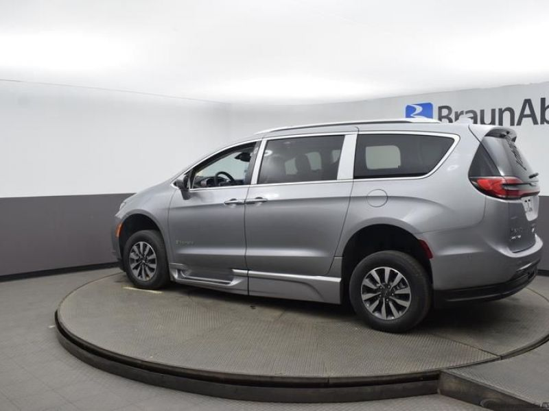 Silver Chrysler Pacifica image number 4