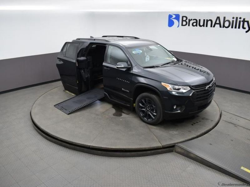 Gray Chevrolet Traverse image number 19