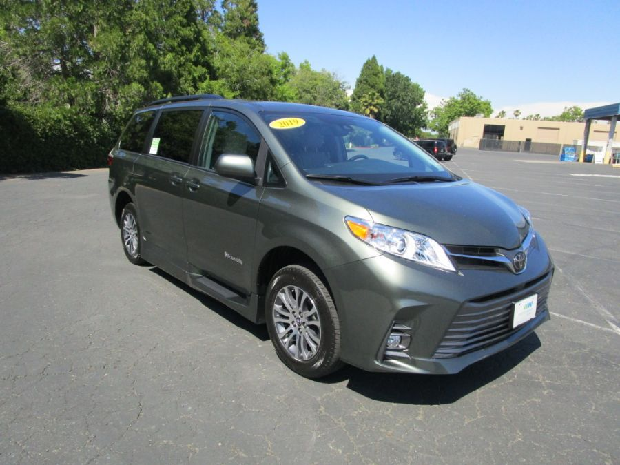 Green Toyota Sienna image number 18