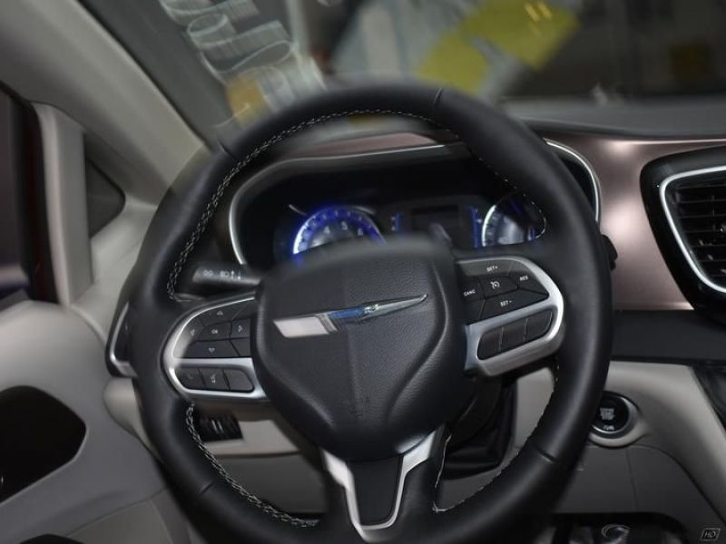 Red Chrysler Voyager image number 13