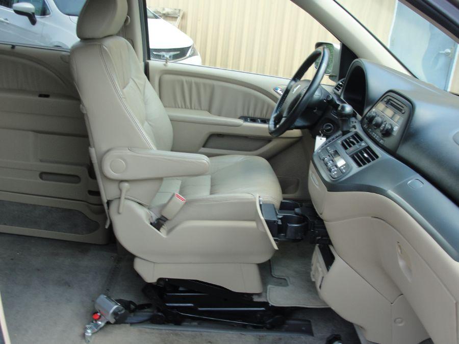 Gold Honda Odyssey image number 17