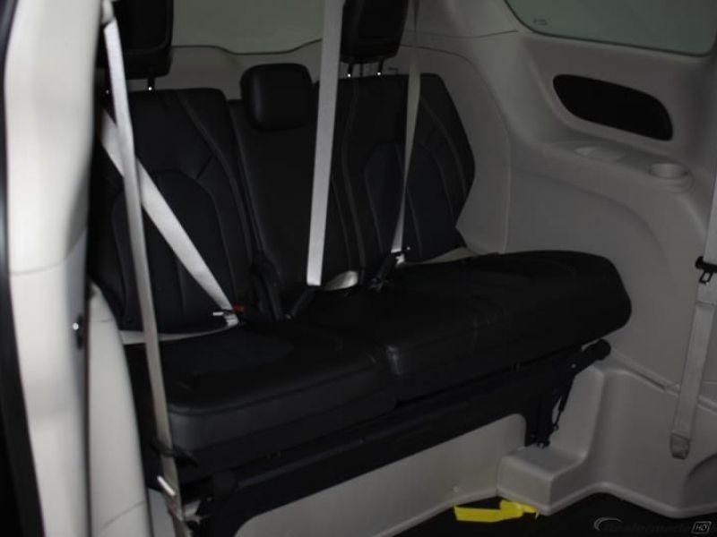 Black Chrysler Voyager image number 11