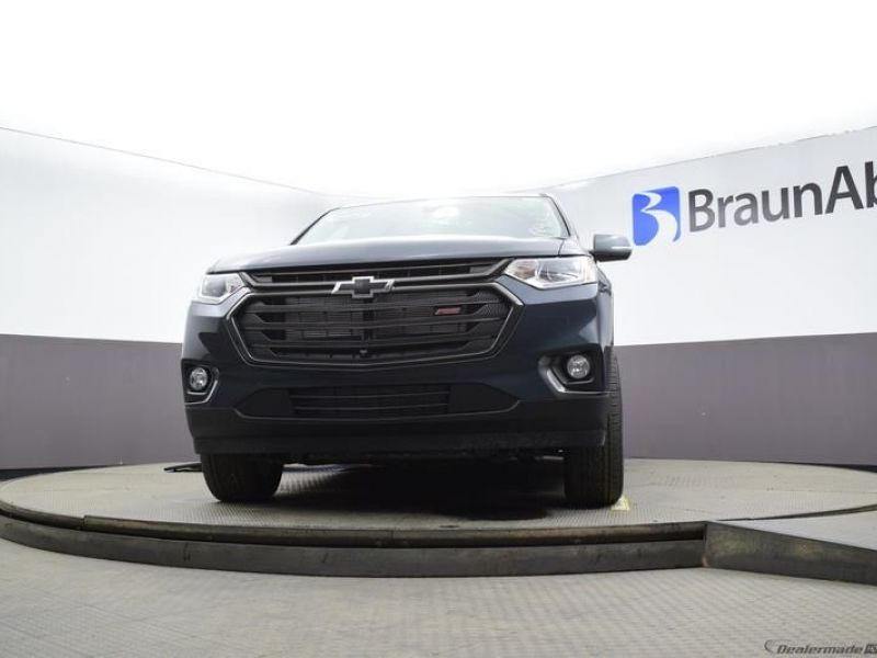 Gray Chevrolet Traverse image number 15