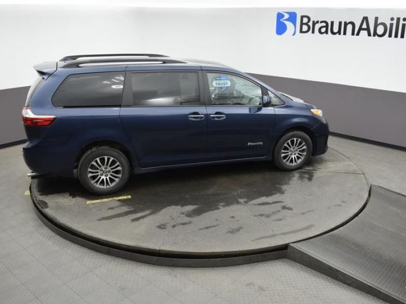 Blue Toyota Sienna image number 14