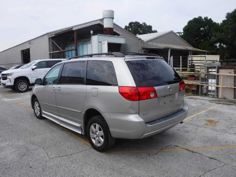 Silver Toyota Sienna image number 5