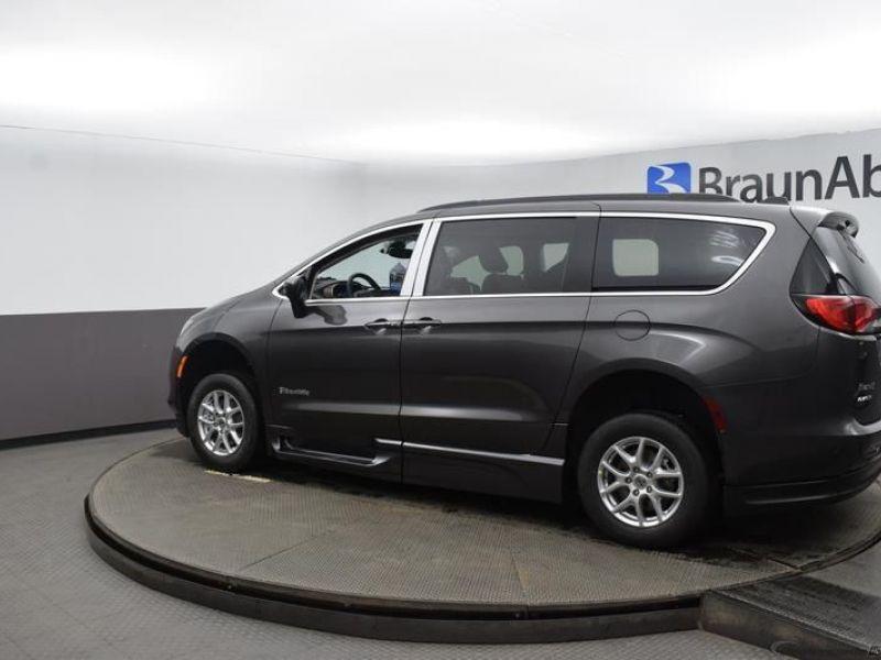 Gray Chrysler Voyager image number 4