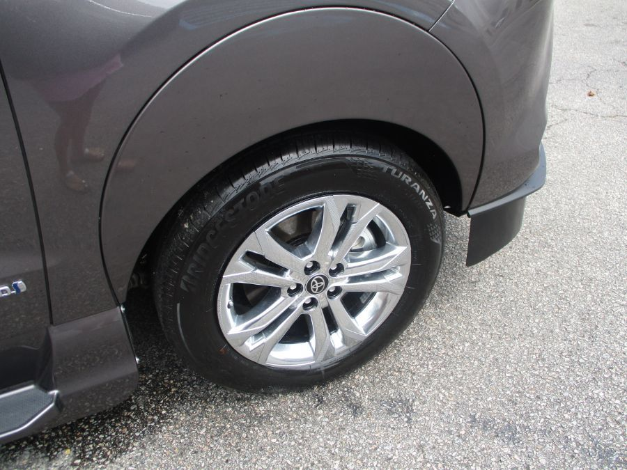 Gray Toyota Sienna image number 25
