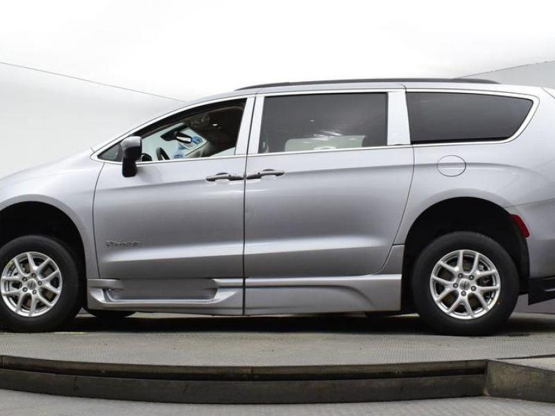Silver Chrysler Voyager image number 16