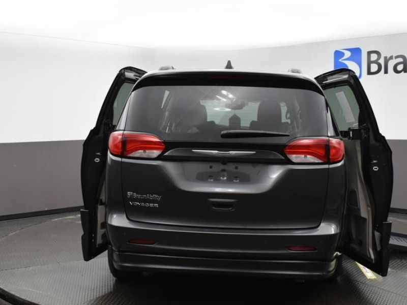 Gray Chrysler Voyager image number 5