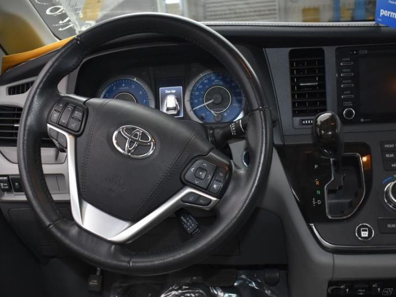 Silver Toyota Sienna image number 10