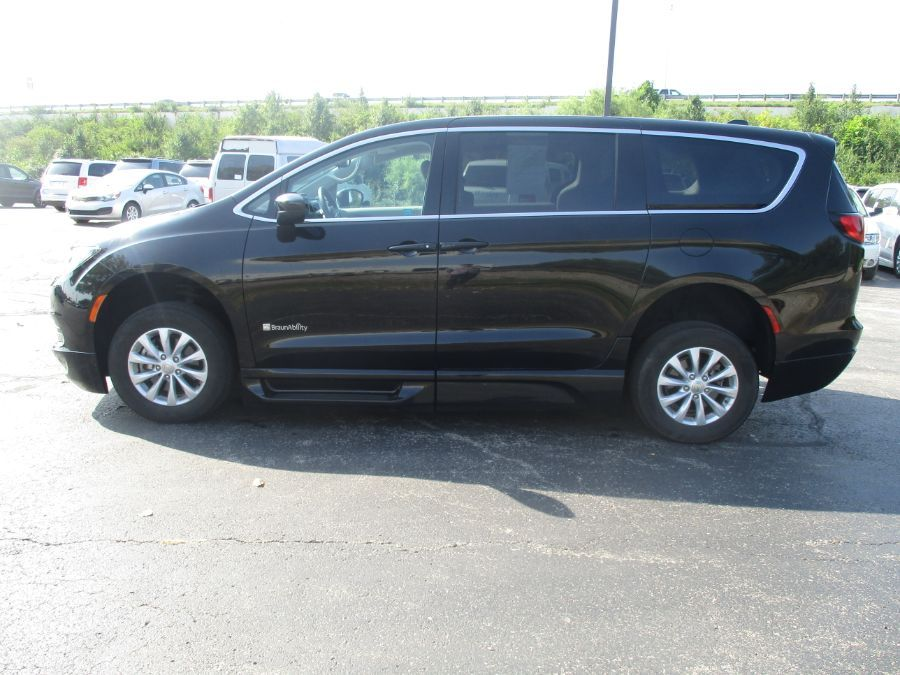 Black Chrysler Pacifica image number 2