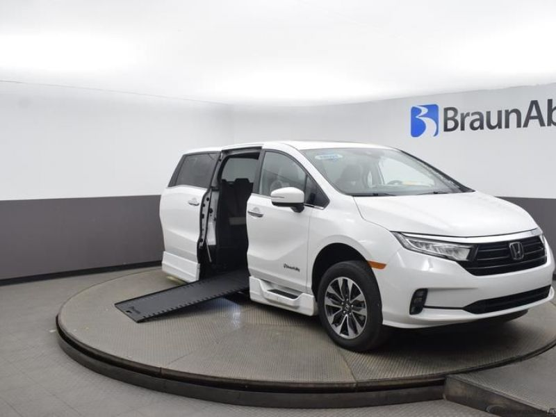 White Honda Odyssey with Side Entry Automatic In Floor ramp