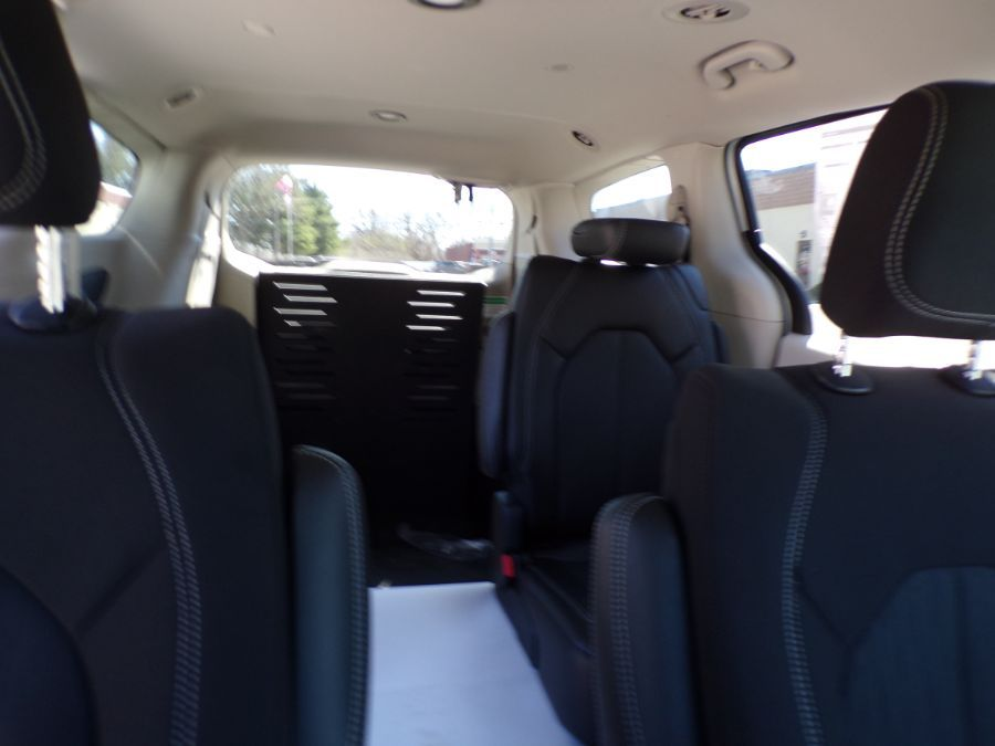 White Chrysler Voyager image number 13