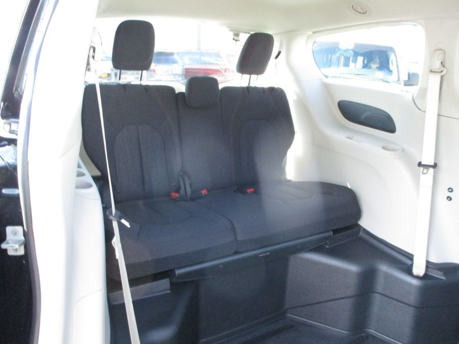 Black Chrysler Pacifica image number 22