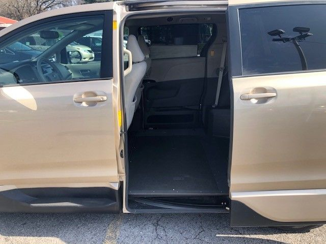 Gold Toyota Sienna image number 9