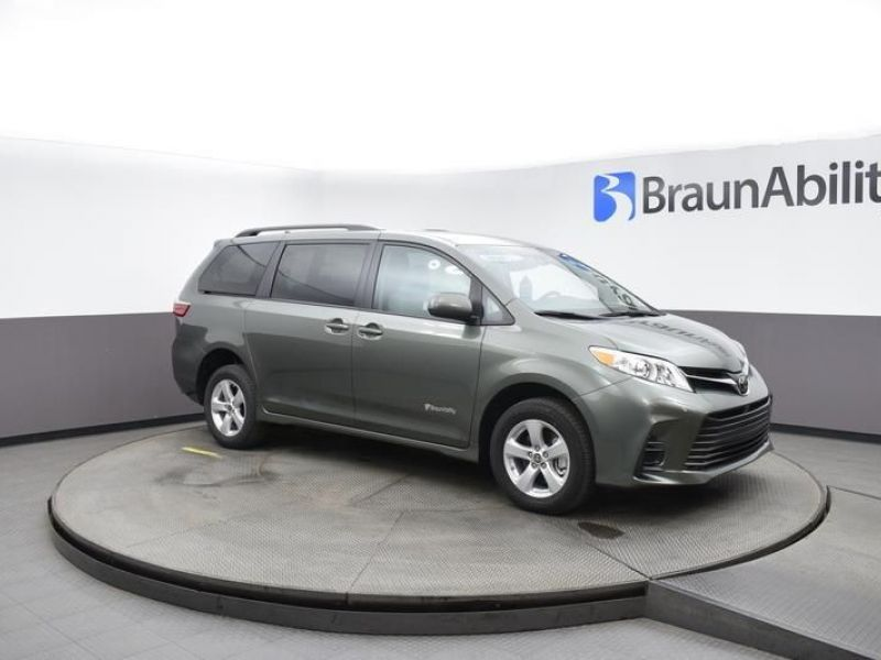Green Toyota Sienna image number 13