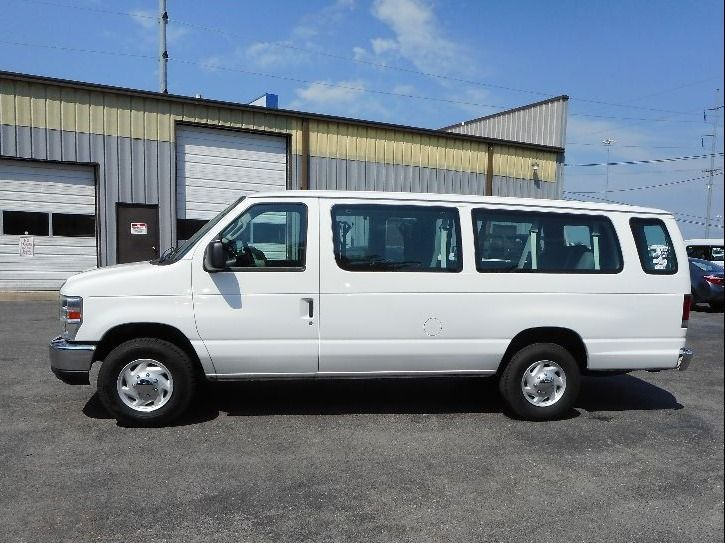 WHITE Ford E-350 image number 3