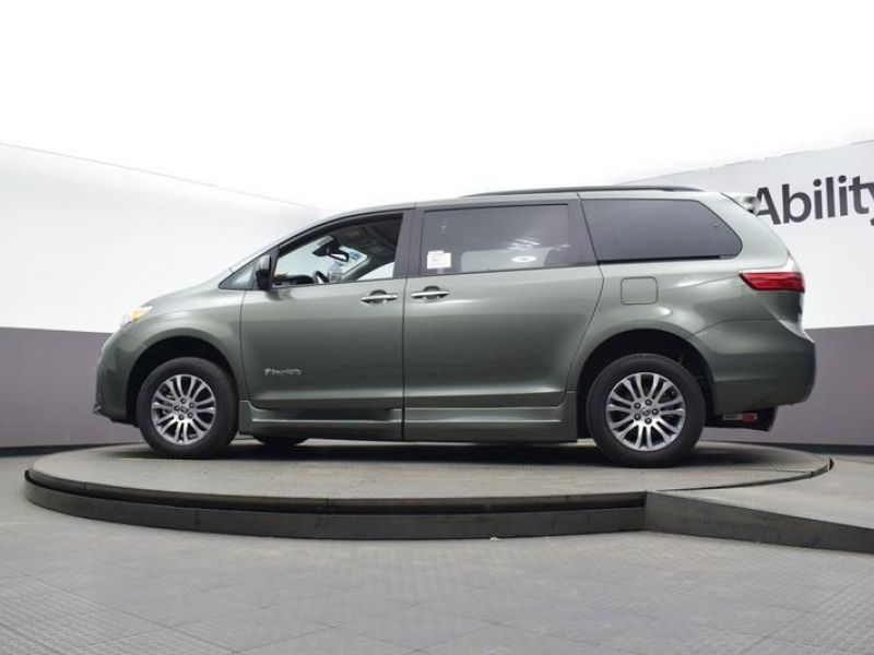 Green Toyota Sienna image number 19