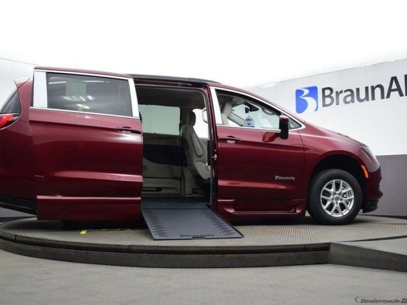 Red Chrysler Voyager image number 14