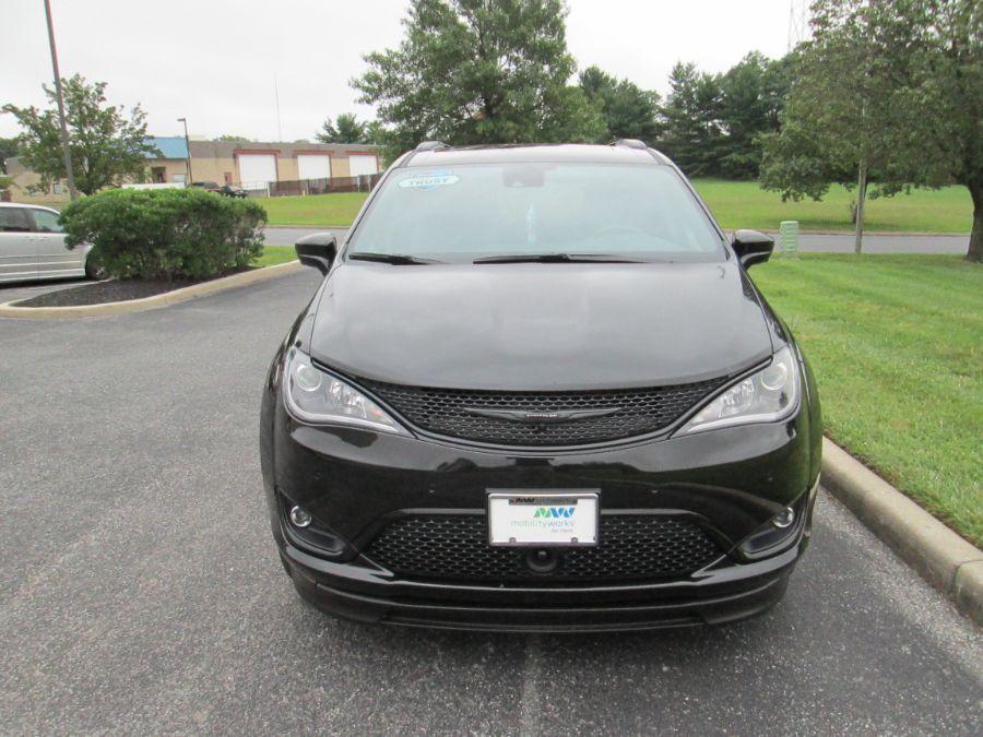 Black Chrysler Pacifica image number 4