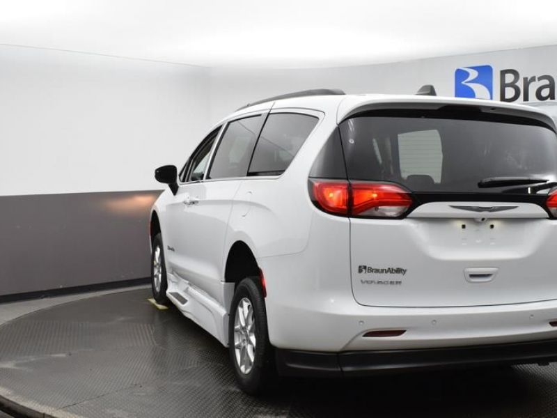 White Chrysler Voyager image number 4