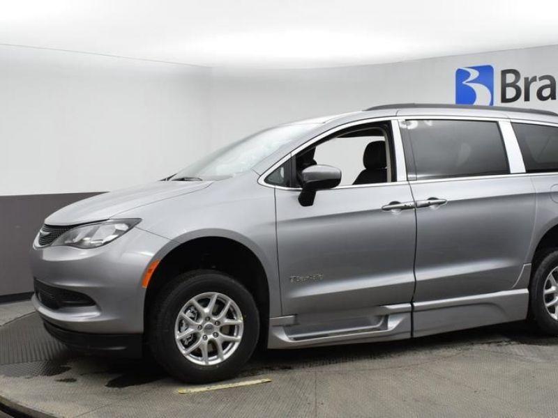 Silver Chrysler Voyager image number 4