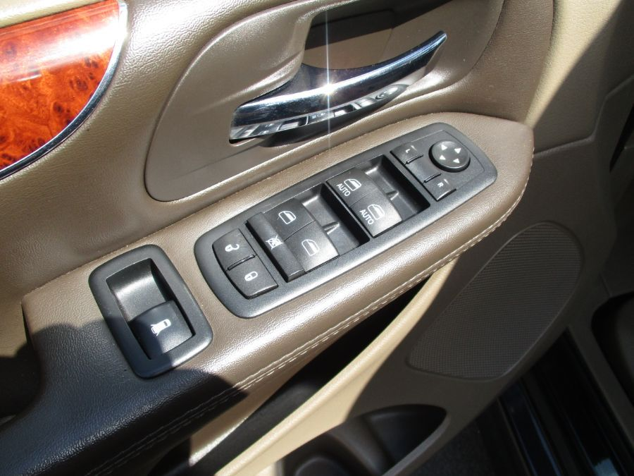 Black Chrysler Town and Country image number 29