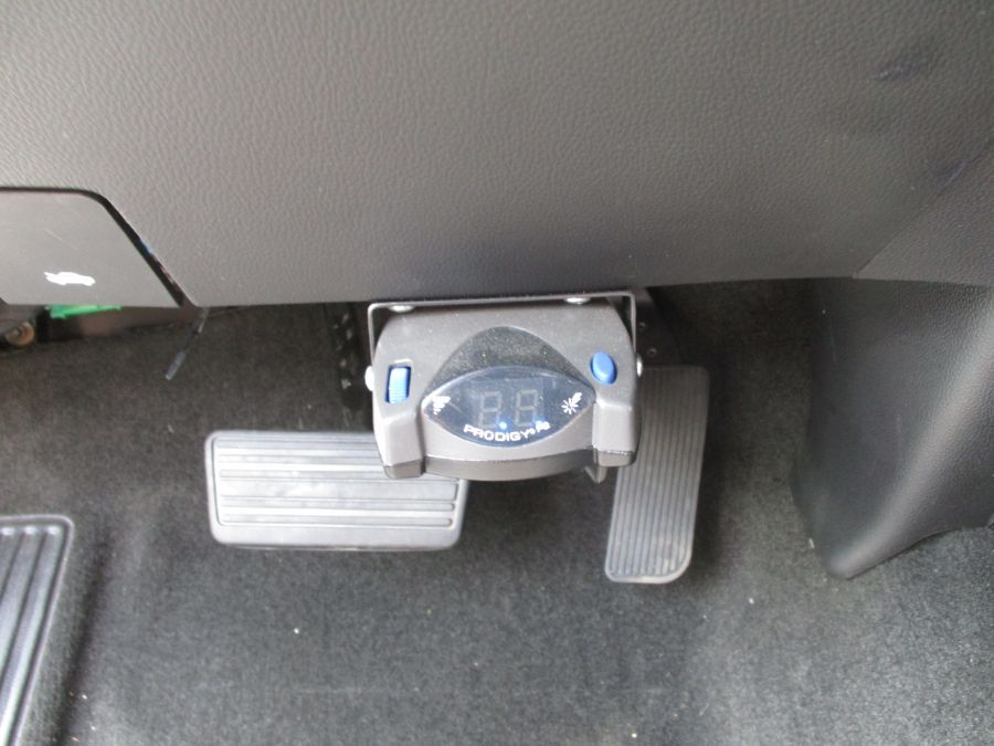 White Chevrolet Silverado 1500 image number 18