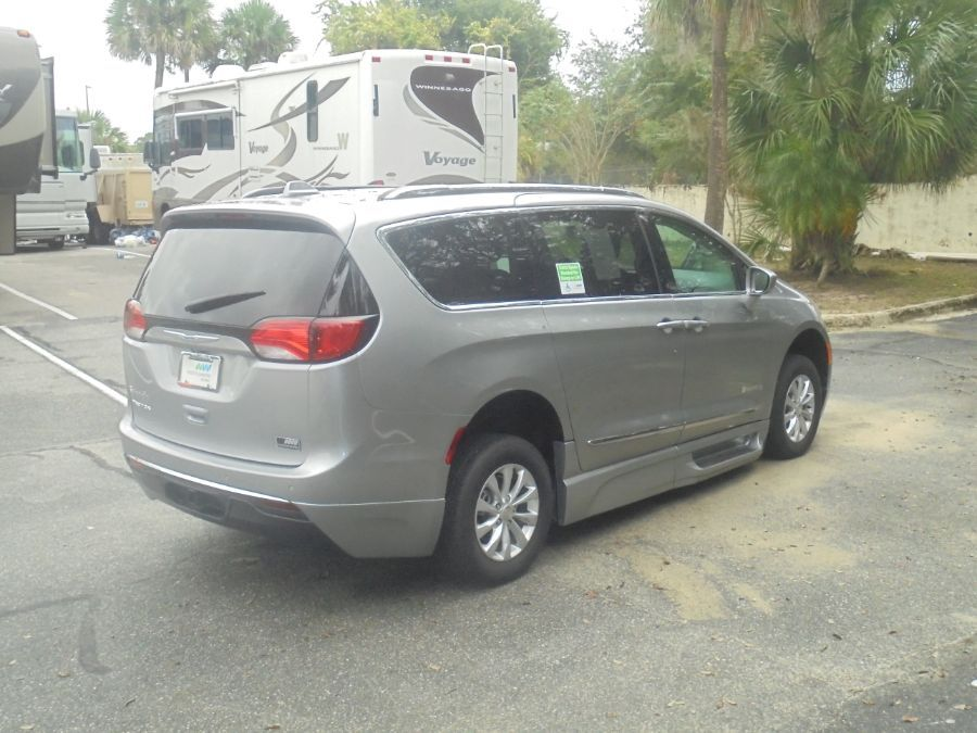 Silver Chrysler Pacifica image number 7